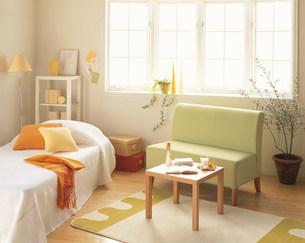 緑のソファーとベッドの写真素材 [FYI04029091]