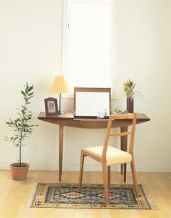 ドレッサーと鉢植えの写真素材 [FYI04029136]