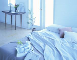 ベッドとドレッサーの写真素材 [FYI04029138]