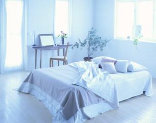 ベッドとドレッサーの写真素材 [FYI04029139]