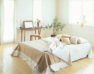 ベッドとドレッサーの写真素材 [FYI04029141]