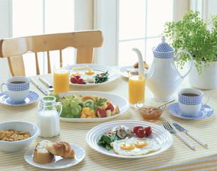 目玉焼の朝食の写真素材 [FYI04029160]