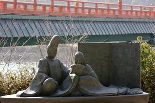 源氏物語宇治十帖のモニュメントと朝霧橋の写真素材 [FYI04029223]