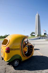 ココタクシーと革命広場の写真素材 [FYI04029248]