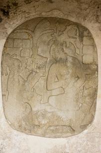 パレンケ遺跡 パカル王の王位継承のレリーフの写真素材 [FYI04029309]