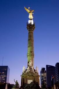 独立記念塔夕景の写真素材 [FYI04029332]