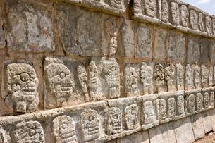 チチェンイッツァ遺跡 頭蓋骨の台座の写真素材 [FYI04029345]