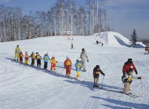 スキー教室 サンタプレゼントパークの写真素材 [FYI04029607]