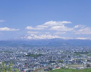 大雪山と市内全景の写真素材 [FYI04029667]