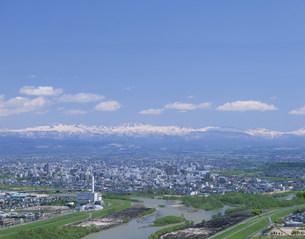 十勝岳連峰と市内全景の写真素材 [FYI04029668]