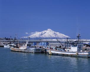 利尻富士と漁港の写真素材 [FYI04029725]