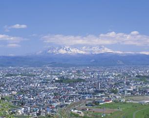 残雪の大雪山連峰と旭川市街の写真素材 [FYI04029744]