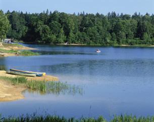 キャンプ場と朱鞠内湖のカヌーの写真素材 [FYI04029757]