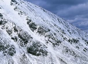 マルティエル氷河を囲む岩肌の写真素材 [FYI04029803]