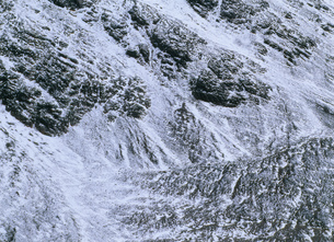 マルティエル氷河を囲む岩肌の写真素材 [FYI04029804]