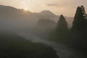 五十嵐川上流の朝の写真素材 [FYI04029857]
