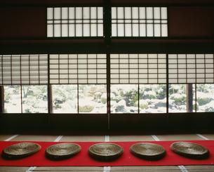 庭園の雪 妙満寺の写真素材 [FYI04030730]