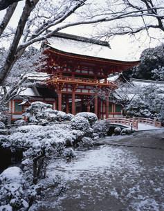 雪景色の楼門 上賀茂神社の写真素材 [FYI04030821]