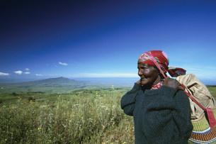 ケニア現地人の耕作風景の写真素材 [FYI04032070]