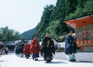 熊野那智大社・火祭り・御本社大前の儀に向かうの写真素材 [FYI04032340]