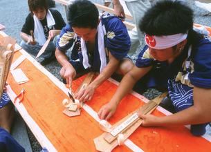熊野那智大社・火祭り後・解体されお札になる扇神輿の写真素材 [FYI04032358]