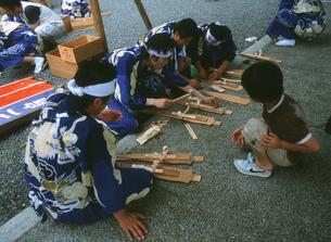 熊野那智大社・火祭り後・解体されお札になる扇神輿の写真素材 [FYI04032362]
