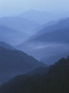 高野山より大峯方面の夜明けの写真素材 [FYI04032547]