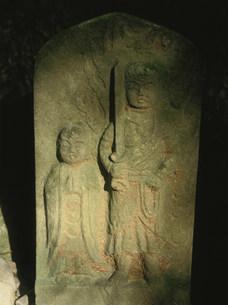 牛馬童子像脇の不動と地蔵の写真素材 [FYI04032566]