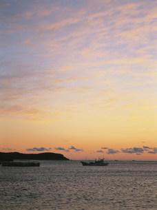 港に帰る漁船の写真素材 [FYI04032571]
