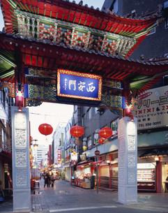 南京町の西安門の夕景の写真素材 [FYI04032906]