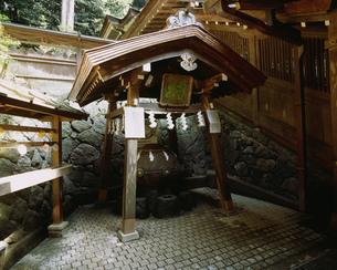 狭井神社の御神水 山の辺の道の写真素材 [FYI04032956]