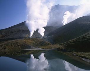 大雪山系旭岳の噴煙と姿見ノ池の写真素材 [FYI04033168]