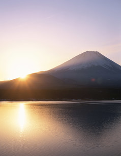 本栖湖からの日の出と富士山の写真素材 [FYI04033591]