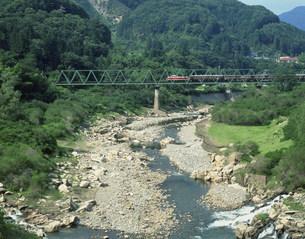 わたらせ渓谷とトロッコ列車の写真素材 [FYI04033639]