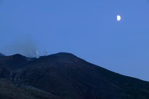 十勝岳と月の写真素材 [FYI04033880]