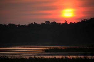 濤沸湖からの日の出の写真素材 [FYI04033905]