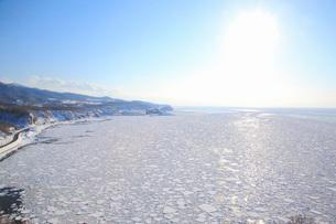知床に接岸した流氷とオホーツク海の写真素材 [FYI04033968]