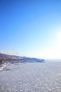 知床に接岸した流氷とオホーツク海の写真素材 [FYI04033969]