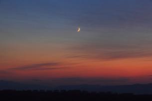 夕焼けと三日月の写真素材 [FYI04034001]