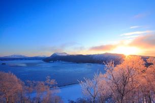 摩周湖の日の出の写真素材 [FYI04034062]