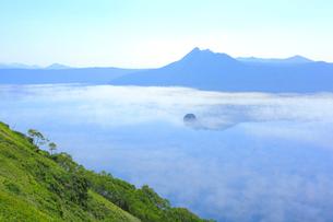 霧の摩周湖の写真素材 [FYI04034083]