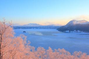 早朝の摩周湖の写真素材 [FYI04034180]
