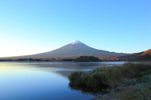 夜明けの河口湖の写真素材 [FYI04034188]