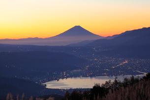 夜明けの富士山の写真素材 [FYI04034227]