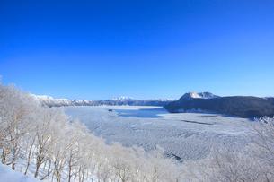 白銀の摩周湖の写真素材 [FYI04034259]