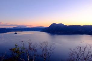 夜明けの摩周湖の写真素材 [FYI04034370]
