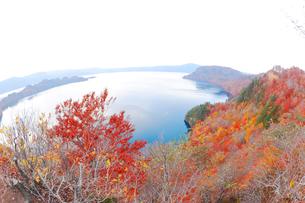 十和田湖と紅葉の写真素材 [FYI04034632]