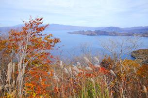 十和田湖と紅葉の写真素材 [FYI04034645]