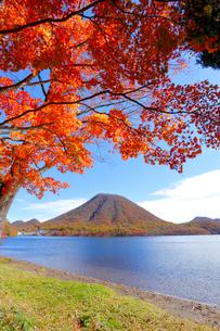 榛名湖の紅葉の写真素材 [FYI04034885]