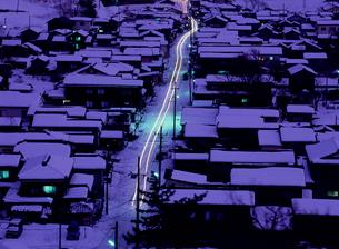 雪景色 夕暮れの街並の写真素材 [FYI04034895]